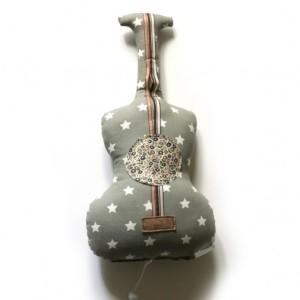 cojin guitarra y estrellas noeuf2