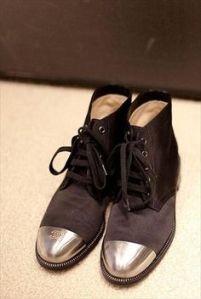 botas negras y doradas chanel
