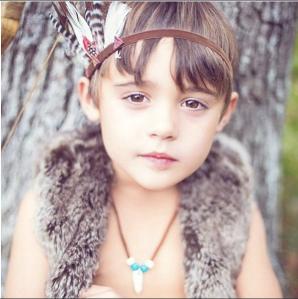 Disfraz de indio con corona de plumas