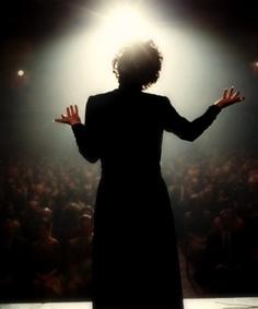 Edith Piaf de espaldas