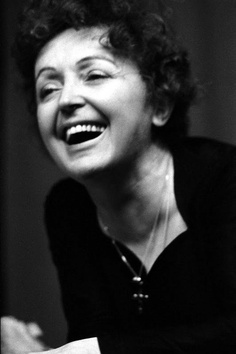 Edith Piaf sonriendo