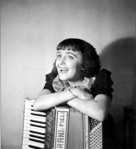 Edith Piaf y el arcordeon