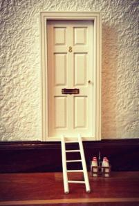 oui-oui-blog-puerta-ratoncito-pc3a9rez-blanca-escalera-lechera