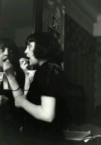pintandose los labios Edith Piaf