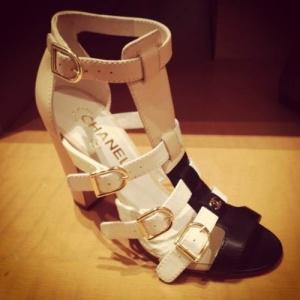 sandalia beige y negra chanel
