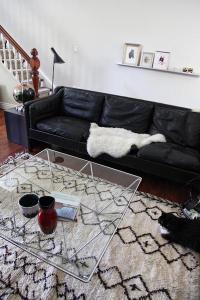 Salón con alfombra marroquí
