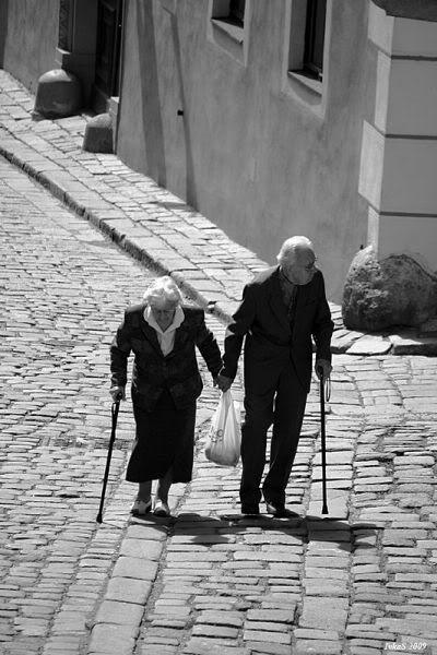 ancianos de la mano2