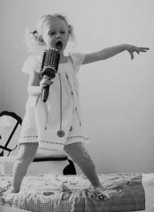 niña con microfono
