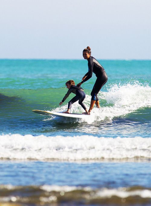 nen fent surf amb la mare